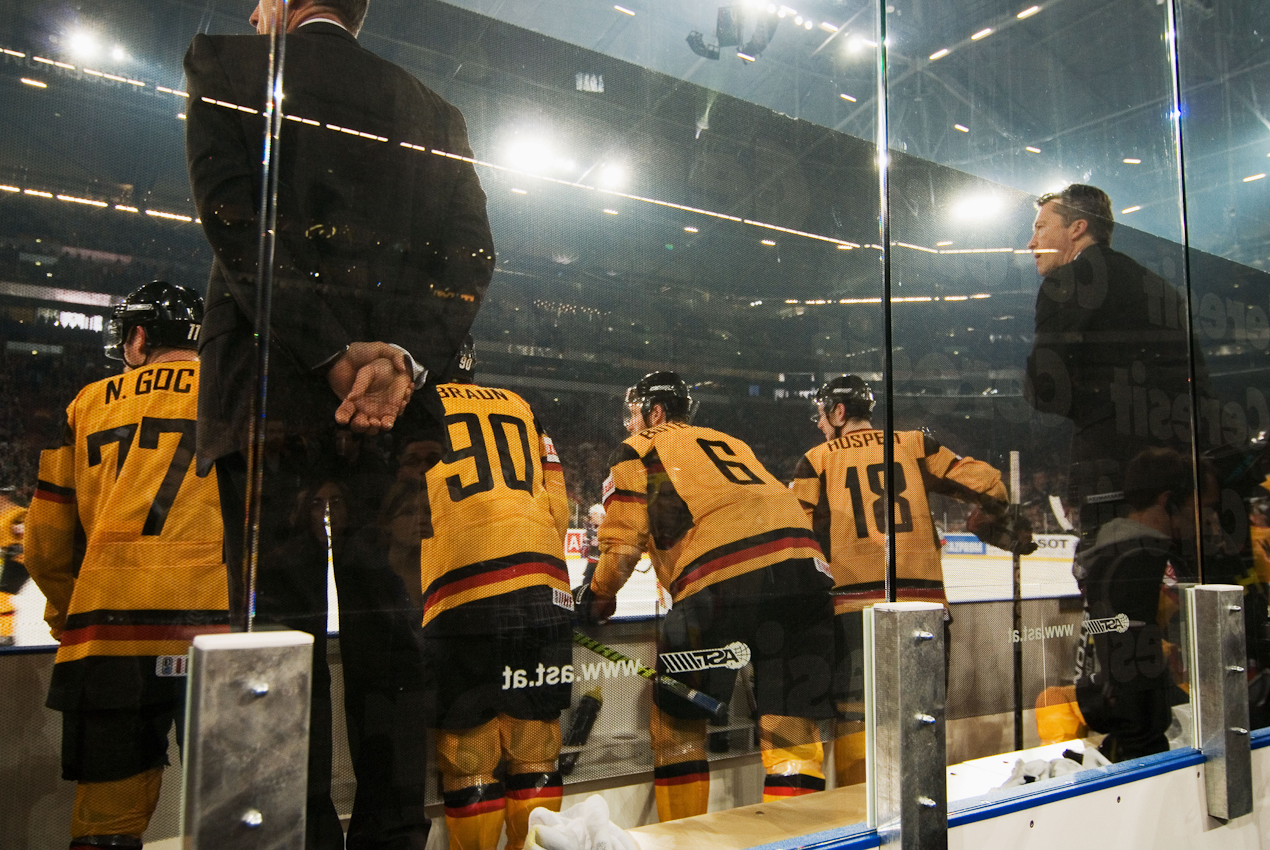 Vor der Weltrekordkulisse von knapp 78.000 begeisterten Zuschauern gewinnt die deutsche Eishockey Nationalmannschaft ihr Auftaktspiel der Eishockey-WM 2010 gegen die USA mit 2:1 nach Verlängerung. Kurz vor Ende des letzten Drittels gleicht die USA zum 1:1 aus. Die Auswechselbank der deutschen Eishockey-Nationalmannschaft kurz vor Ende des Spiels.