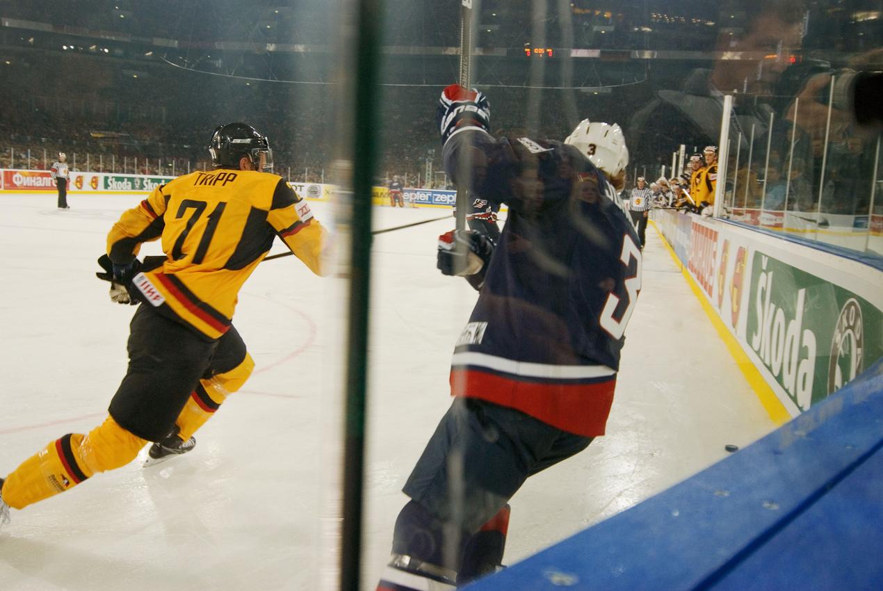 Vor der Weltrekordkulisse von knapp 78.000 begeisterten Zuschauern gewinnt die deutsche Eishockey Nationalmannschaft ihr Auftaktspiel der Eishockey-WM 2010 gegen die USA mit 2:1 nach Verlängerung.  John Tripp (21) deutscher Stürmer im Kampf um den Puck mit dem Kapitän der US-Mannschaft Jack Johnson (3).