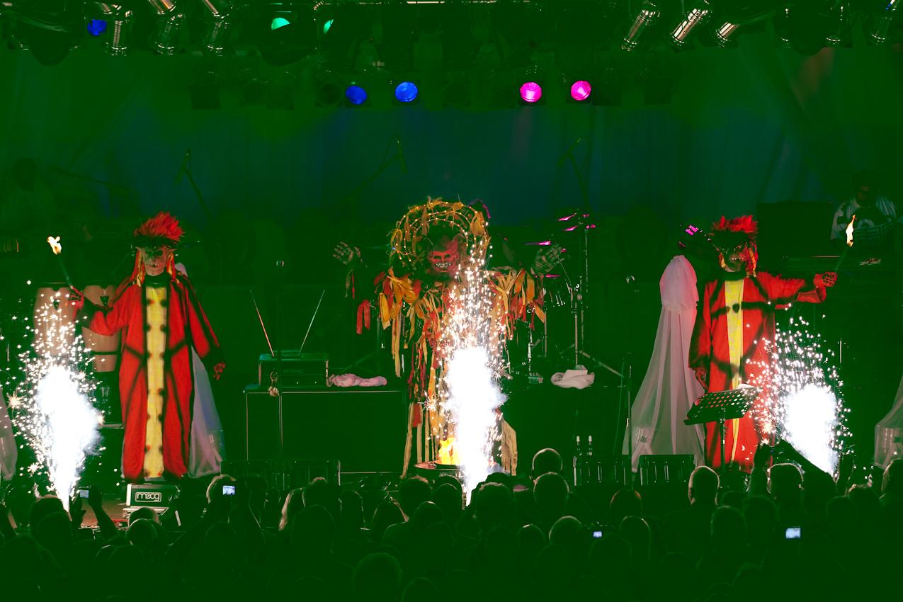 """Die deutsche Band GROBSCHNITT, gegruendet 1970, war DIE Krautrock-Band der 70er und 80er Jahre mit starken Einfluessen durch Genesis und Pink Floyd.  2007 kam es zur Reunion und nun stehen Willi Wildschwein, Milla Kapolke und Co mit ihren Soehnen auf der Buehne, ein Generationen-Projekt aus Deutschland mit der psychedelischen Musik der 70er und natuerlich """"Rockpommels Land"""" im Programm. Am 07. Mai 2010 traten sie vor 1.200 Fans im Brueckenforum in Bonn auf."""