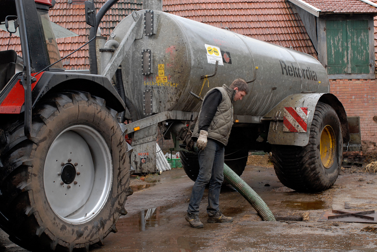 49638 Nortrup, Niedersachsen, Bauernhof mit Milchwirtschaft, Dünger aus riesigen unterirdischen Gülletanks