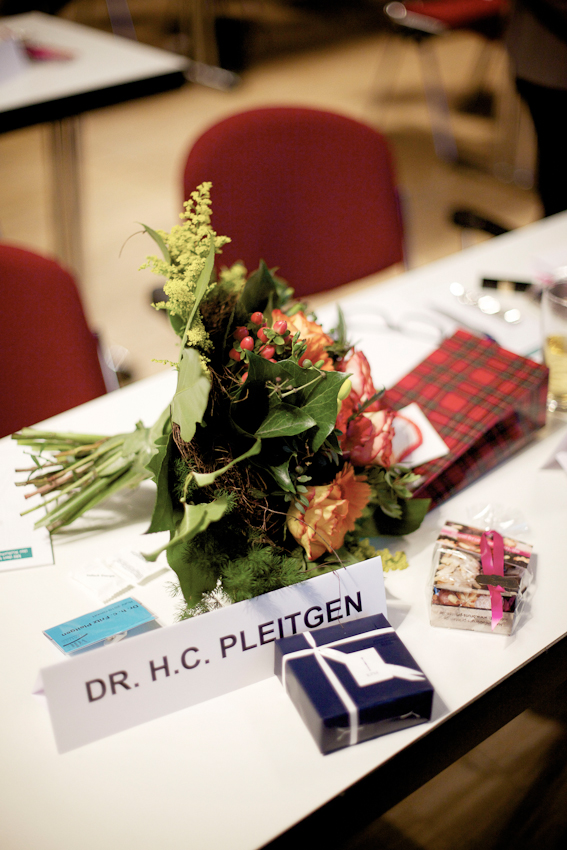 Dr. h.c. Fritz Pleitgen (Vorsitzender der Geschaftsführung der RUHR.2010 GmbH) auf dem Weg in den RuhrCongress in Bochum. Dort hat er kurz zuvor eine Rede vor den Teilnehmern des VdU (Verband deutscher Unternehmerinnen e.V.) zum Thema Ruhr.2010 gehalten. Als Repräsentant der Kulturhauptstadt ist dies eine von unzähligen Pflichtveranstaltungen. Neben den obligatorischen Blumen nach der Rede gibt es auch noch kleine Geschenke.