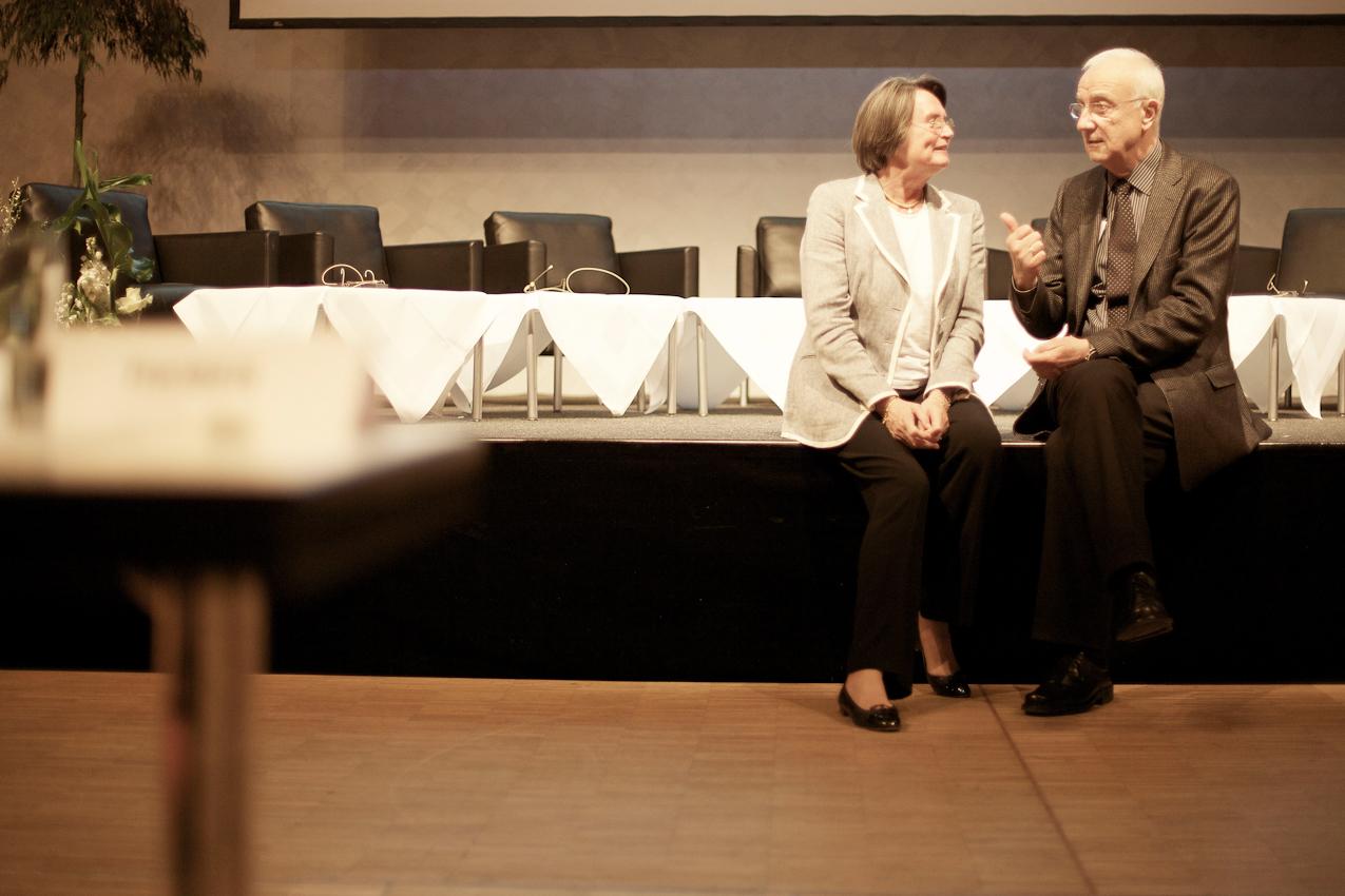 Dr. h.c. Fritz Pleitgen (Vorsitzender der Geschäftsführung der RUHR.2010 GmbH) mit der NRW-Wirtschaftsministerin Christa Thoben auf dem Podium im  RuhrCongress in Bochum. Dort hat Pleitgen gerade vor Teilnehmern des  VdU (Verband deutscher Unternehmerinnen e.V.) eine Rede zum Thema Ruhr.2010 gehalten. Die beiden kennen sich noch aus WDR-Zeiten.