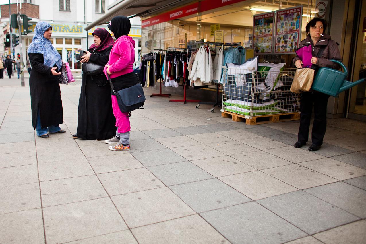 Eine verschleierte Frau steht zusammen mit zwei verschleierten Maedchen vor einer Filliale der Kaufkauskette Woolworth in der Karl-Marx-Strasse im Berliner Stadtteil Neukoelln.