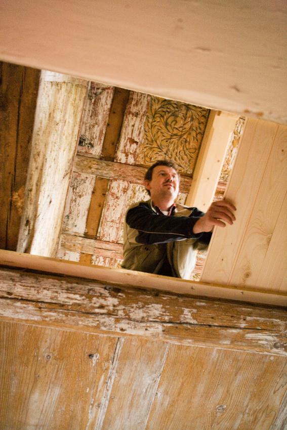Sanierung eines Fachwerkhauses von 1582 in Arnstadt, Thüringen. Thorsten Reimer verlegt einen sogenannten Fehlboden, der die Kassetten entlastet. Daruber wird ein Flies als Rieselschutz getackert, das verhindert, das die Deckenschüttung hindurchrieselt.