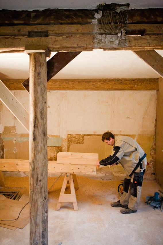 Sanierung eines Fachwerkhauses von 1582 in Arnstadt, Thüringen. Neben diese Abstützung kommt die Holzsäule, die den Querbalken tragen wird. Dieser hatte ursprünglich eine andere Funktion, worauf die Zapfenlocher hinweisen. Er wurde an seine jetzige Stelle vermutlich im Rahmen eines Umbaus vor ca 150 Jahren verbracht. Thorsten Reimer, Zimmermann.