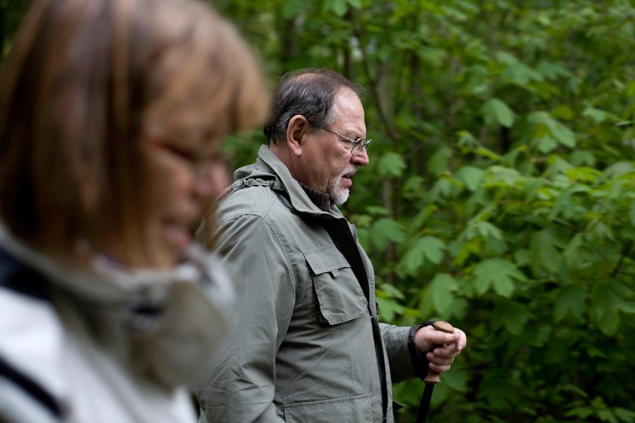 Ein Ehepaar, beide Lehrer, er im Ruhestand und sie im Sabbatjahr, machen einen Nachmittagsspaziergang im heimischen Wald in Grünsfeld.