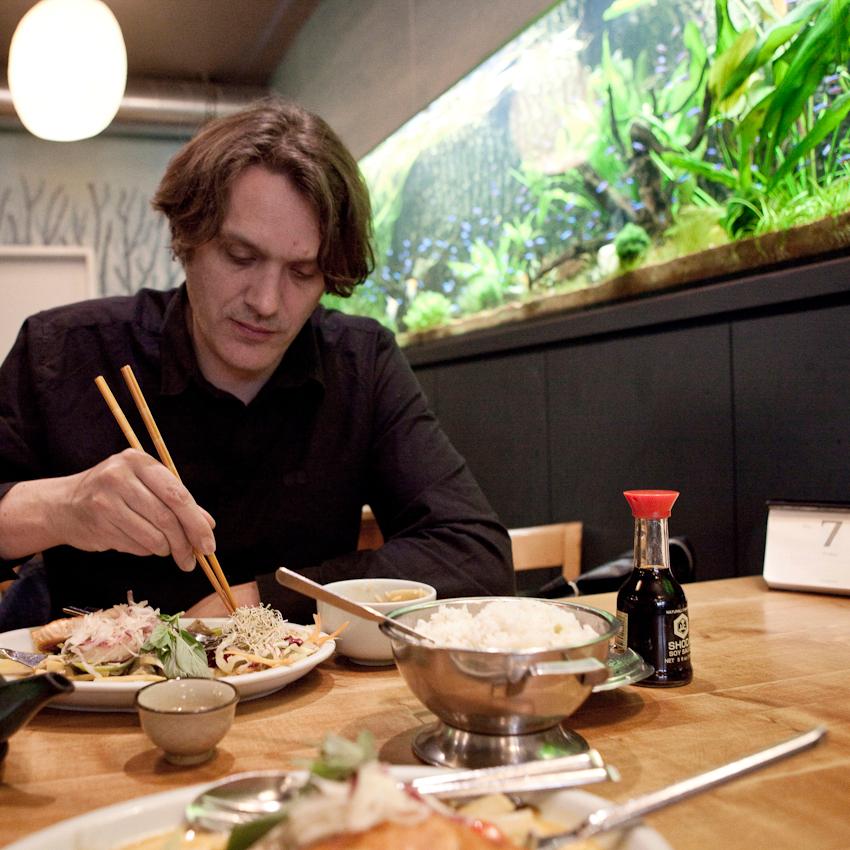 """""""Ein Tag mit Frank Spilker (Die Sterne)"""" Frank Spilker beim Mittagessen beim Asiaten im Schanzenviertel."""