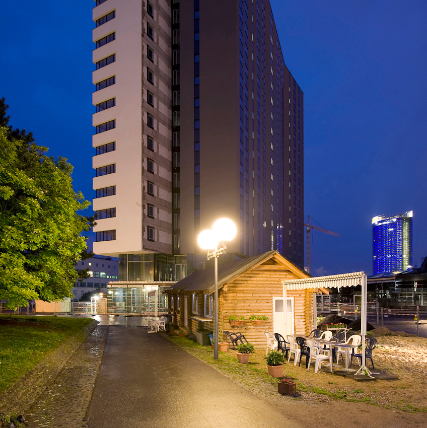ruhende Baustelle des WCCB im ehem. Regierungsviertel in Bonn; Holzbaracke als Kiosk in Anlehnung an den ehem. Kiosk vor dem Plenarsaal; Investor SMI Huyndai meldete im Feb. 09 Insolvenz an; seit dem Baustopp