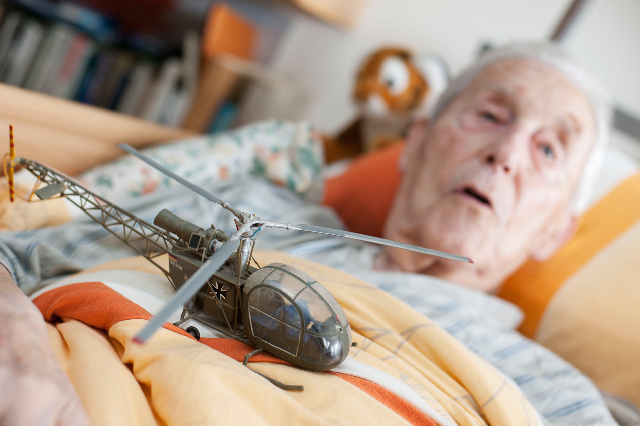 Hans Schulz war Zeit seines Lebens Flieger und ist nun im Seniorenheim ans Bett gefesselt. Einige der Flugzeuge und Hubschrauber, die er im Laufe seines Lebens als Major der Luftwaffe geflogen ist, bewahrt er als Modelle auf, unter anderem diesen Hubschrauber vom Typ Alouette. Das Bild ist entstanden im Parkstift St. Ulrich des Kuratoriums Wohnen im Alter in Bad Duerrheim am 7.5.2010.