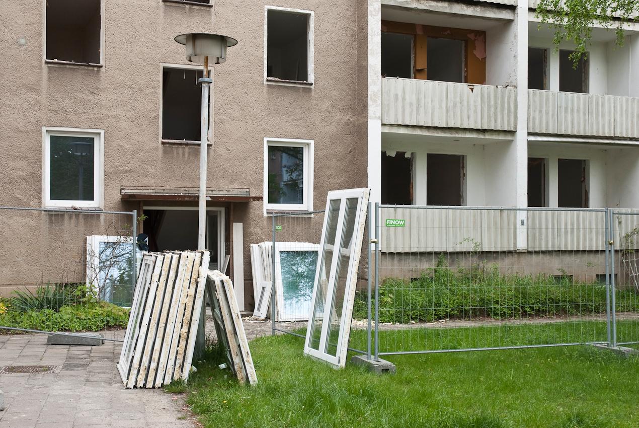 DEU, Deutschland, Brandenburg, Eisenhüttenstadt. In Eisenhüttenstadt, am Rande der ehemaligen Prachtstrasse Leninallee, der jetzigen Lindenallee, werden Wohngebiete entkernt. Vor dem Abriss werden Türen und Fenster von polnischen Firmen ausgebaut und nach Polen transportiert.