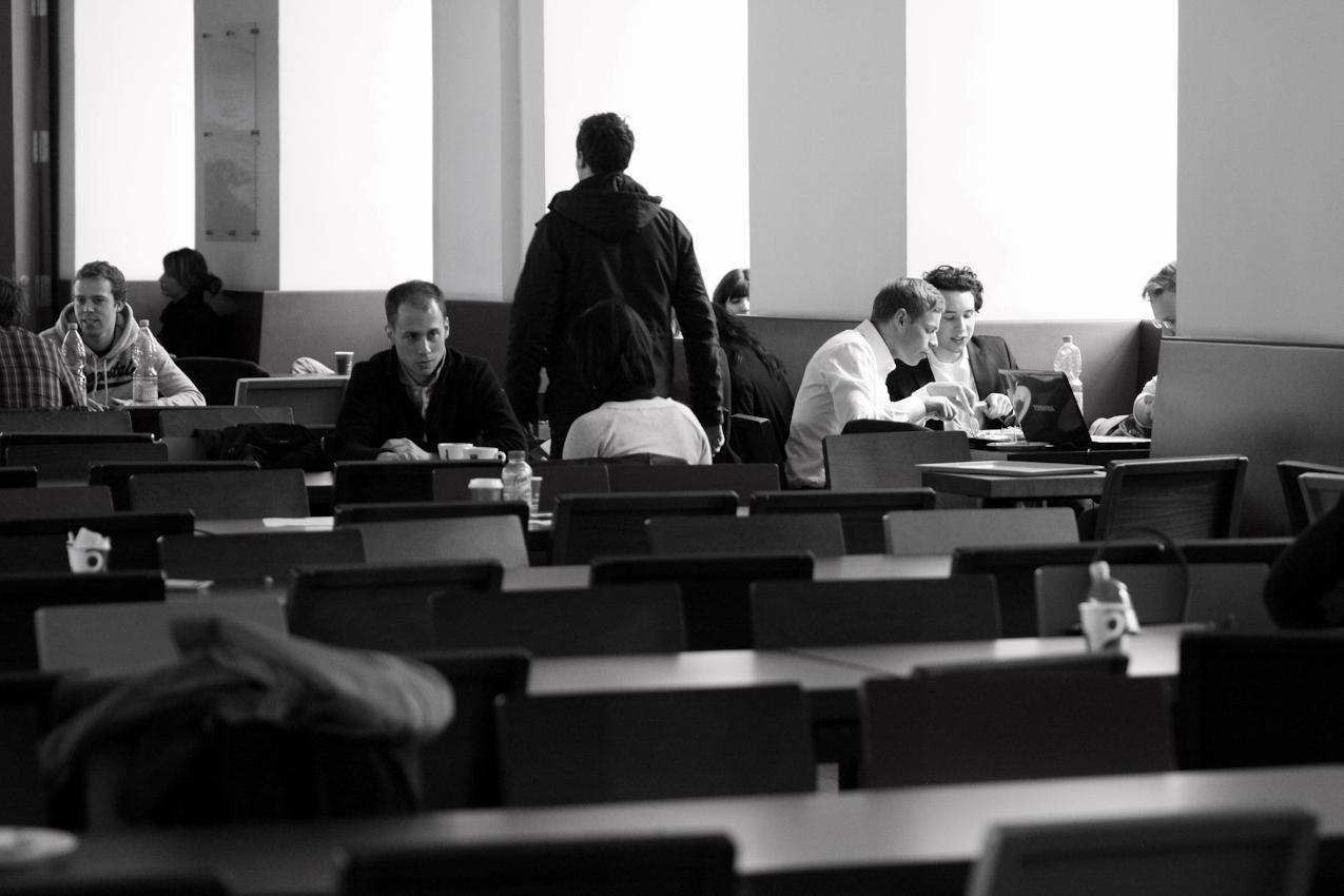 Studenten in EO-Cafeteria der Universität Mannheim bei Mittagessen