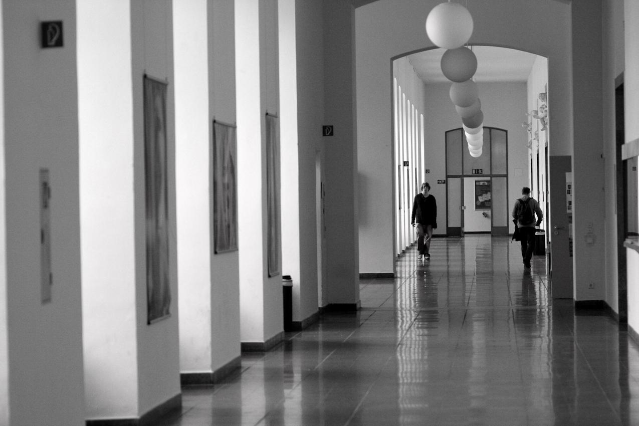 Studenten laufen im Flur eines Gebäudes der Universität Mannheim. Das Foto wurde um 14:08 aufgenommen.