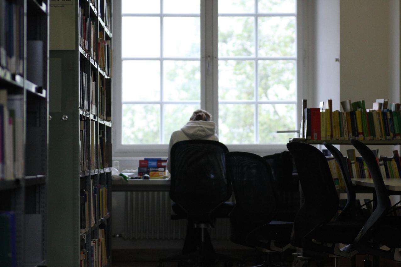 Maria Reuter, eine Studentin der Universität Mannheim. Sie lernt gerade an einem Nachmittag in der Bibliothek der Universität Mannheim.