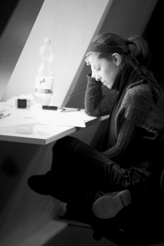 Sabine Müller, Studentin der Universität Mannheim. Sie lernt gerade in der Bibliothek der Universität Mannheim zur Vorbereitung auf Klausuren.