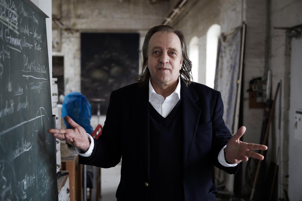Der Bildhauer und Meisterschüler von Joseph Beuys, Wolfgang Genoux bei einer Führung durch die Räume der Freien Kunstschule Hamburg - FIU / Free International University e.V. gemeinnützig ( gegründet 1980 ), welche er mitbegründete und in der er seit 30 Jahren lehrt.