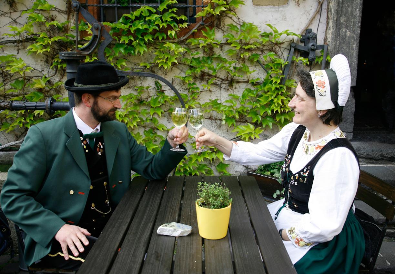 Paar der Winninger Winzer-,Tanz-und Trachtengruppe bei der Rast nach einem Auftritt anlässlich der Winninger Kunsttagen in der Gutsschänke Schaaf.