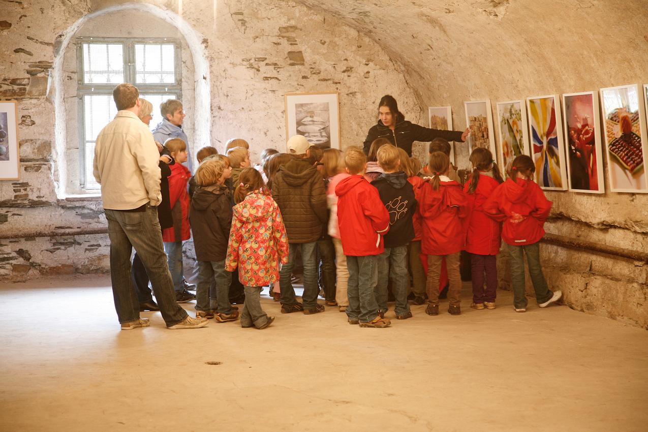 Schüler der Klasse 1a der Astrid-Lindgren-Schule, Winningen bei den Kunsttagen Winningen.