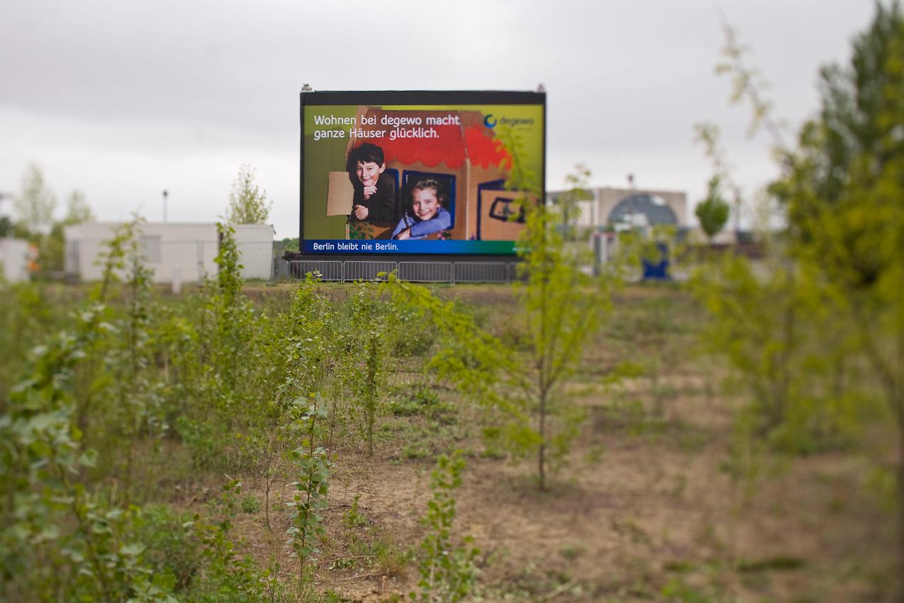 """""""Unsere Werte - Großflächenwerbung in öffentlichen Räumen"""":  Berlin, 7.5.2010, Die Degewo, ein großes Berliner Wohnungsbauunternehmen, wirbt mit einem Großflächenplakat das auf einer Freifläche zwischen Hauptbahnhof und dem Gebäude der Bundespresskonferenz in Berlin aufgebaut ist, mit dem Slogan """"Wohnen bei degewo macht ganze Häuser glücklich"""". Im Hintergrund ist das Bundeskanzleramt abgebildet."""