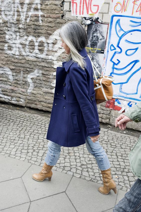 Diese junge Frau arbeitet im Haus des Berliner Kultursenators in der Brunnenstrasse in Berlin-Mitte und ist auf dem Weg zu einer Verabredung in einem Cafe am Rosenthaler Platz.