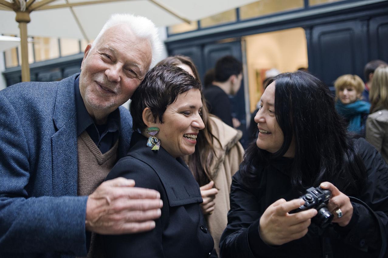 Seit Cordula und Robert Lebeck in Berlin wohnen, treffe ich sie haeufig bei interessanten Fotoausstellungen. Grossformatige Fotografien zu Preisen im 4bis5-stelligen Eurobereich werden bei Camera Work in der Kantstrasse als exclusives Ereignis inszeniert, die geladenen Gaeste sind  auch an diesem Freitag entsprechend exclusiv.