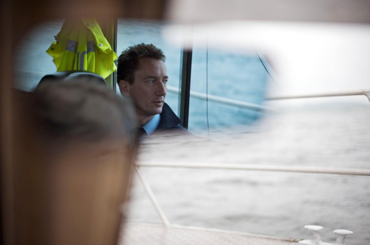 Zollschiffsbetriebsinspektor Lothar Gebhart auf einer Streifenfahrt des Zollboots >>Hochwart<< mit seinem Kollegen, Zollschiffshauptsekretär Erich Hoffmann. An dieser Stelle des Bodensees, dem Untersee bei der Insel Reichenau, läuft die Grenze zur Schweiz in der Mitte des Sees. Die Besatzung überprüft Schiffe zollrechtlich und führt an Schiffsanlegern Personenkontrollen durch. Außerdem standen die Beamten und die >>Hochwart<< schon wiederholt für Fernsehaufnahmen zur Verfugung, u.a. im Bodensee->>Tatort<<.