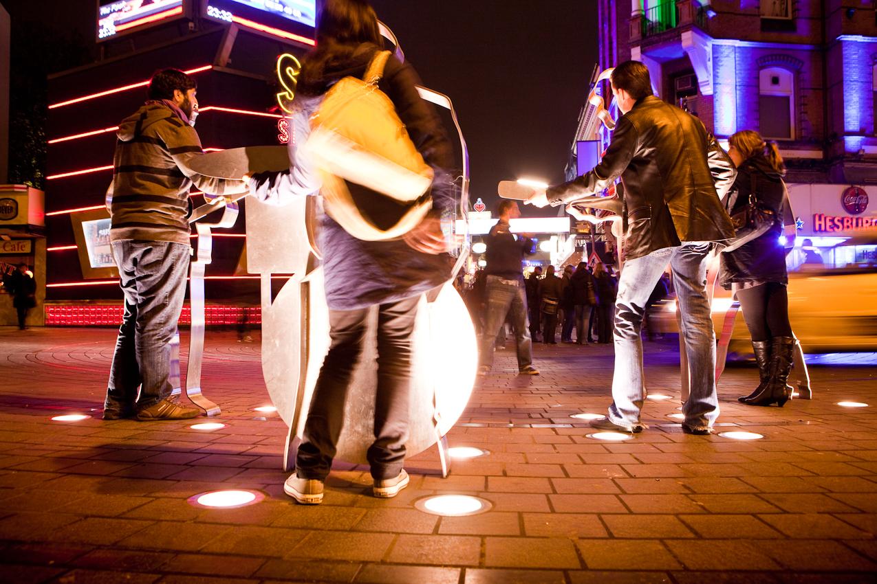 Germany, Deutschland, Hamburg, Hamburger Hafen, Sankt Pauli, Hafengeburtstag 2010, Reeperbahn, Kiez, Touristen auf dem Beatles Platz, Grosse Freiheit,