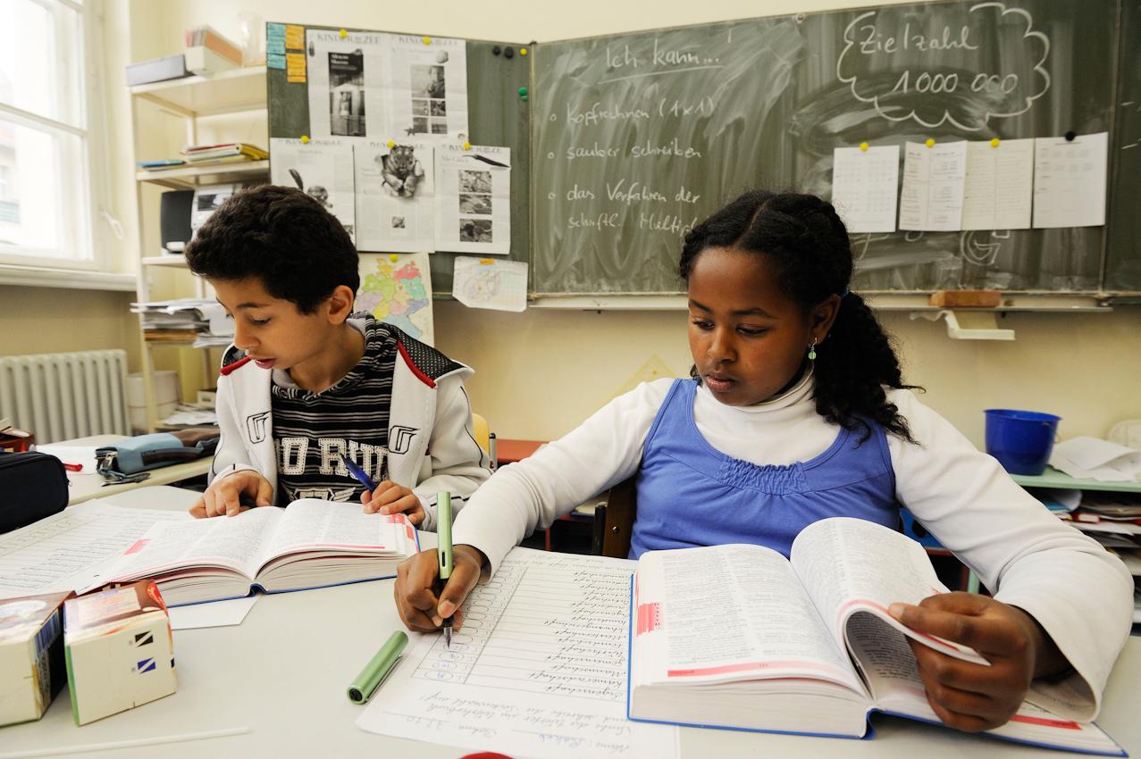Schüler der Klasse 5e beim Deutschunterricht.