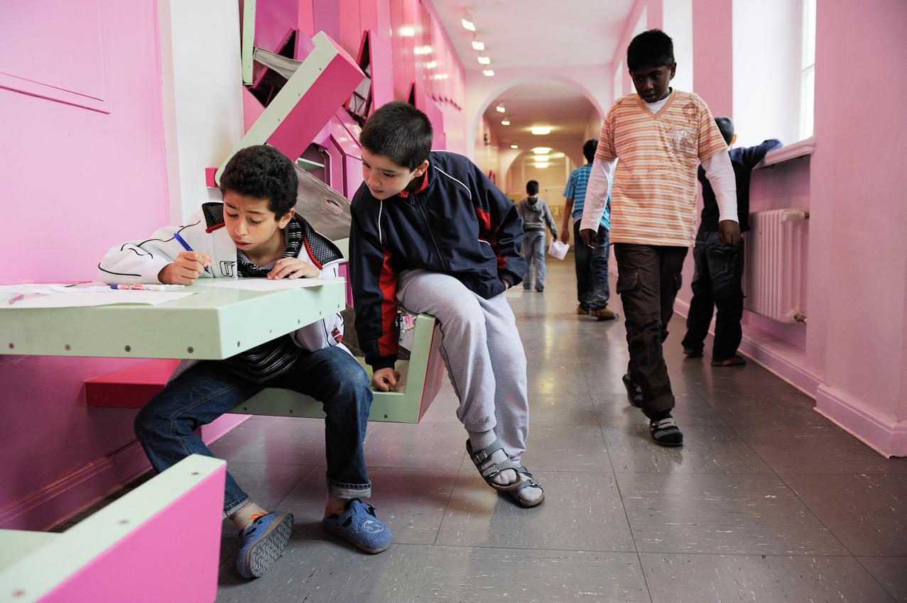 Schüler der Klasse 5e bei Schreibübungen auf dem Flur vor ihrem Klassenzimmer.