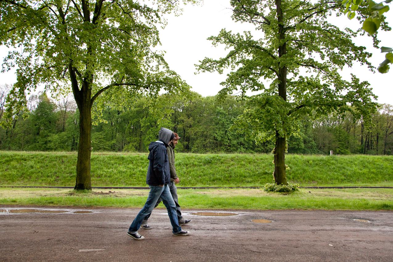Die Wartezeit am Nachmittag verbringt Tim Bendzko mit einem Spaziergang am See mit seinem Gitarristen Daniel Hoffknecht.