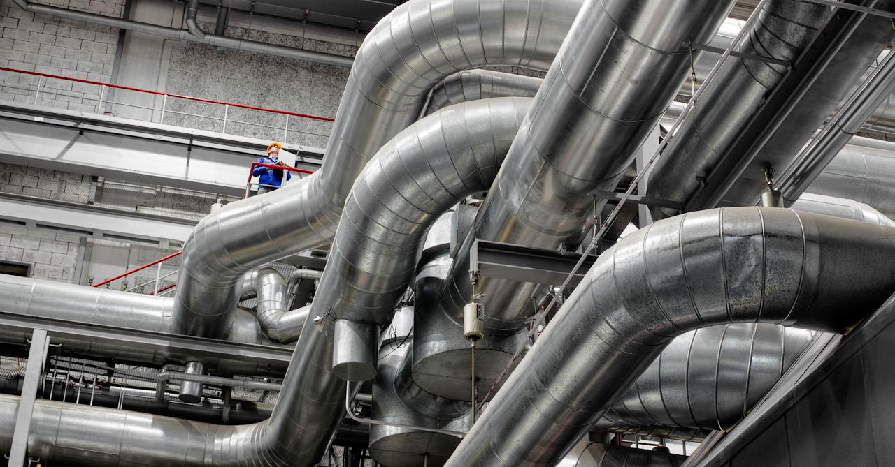 Konstruktionsingenieur Gerd Dieter Stein zwischen Dampfleitungen im Vattenfall-Gaskraftwerk Mitte in Berlin. Das 1996 fertiggestellte Gaskraftwerk in Berlin-Mitte gehört zur neuen Generation von Kraftwerken mit Kraft-Wärme-Kopplung.
