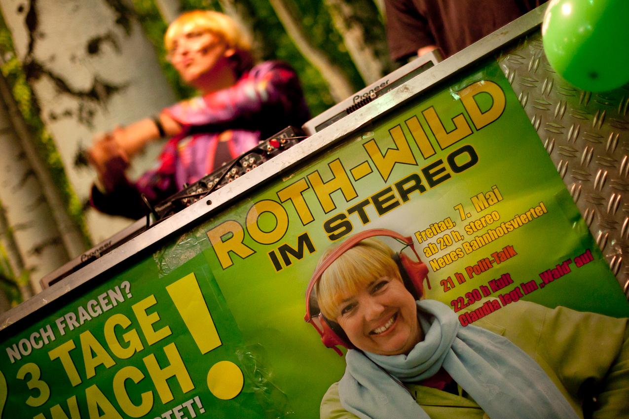 Motto Roth-Wild: Bundesvorsitzende Claudia Roth als DJane an den Tuntables.