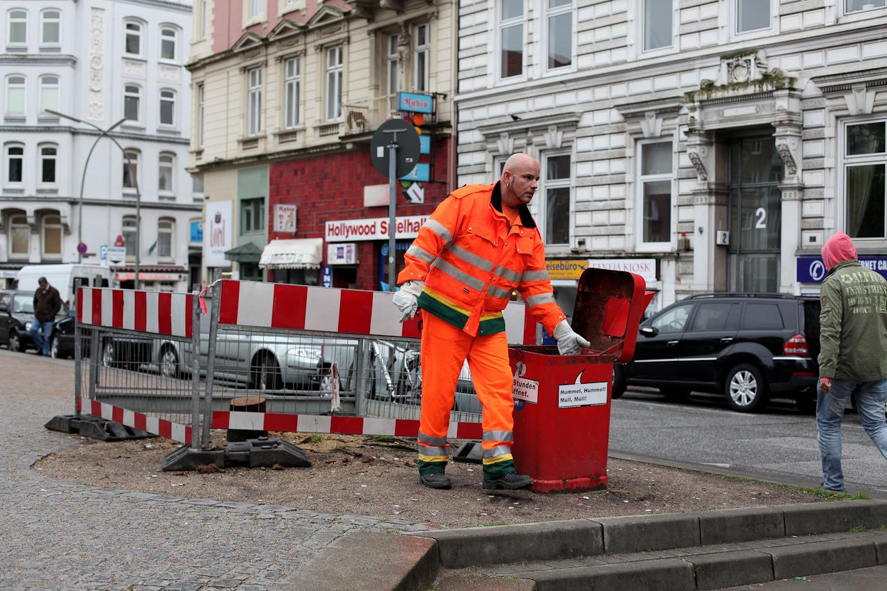 Stadtteilkümmerer Robert Szwejk bei der Arbeit. Sorgfältig wird ein Eimer nach dem nächsten abgefahren und entleert.