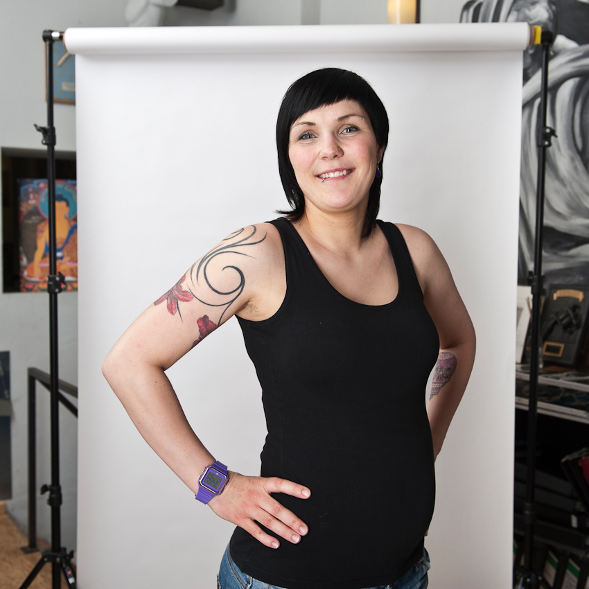 """Ricarda (30), für einen Tattoo-Termin an diesem Tag im Studio. Sie ist eine der wenigen, die aus Berlin kommt und findet: """"Tätowieren drückt meine Interessen und Vorlieben aus."""""""