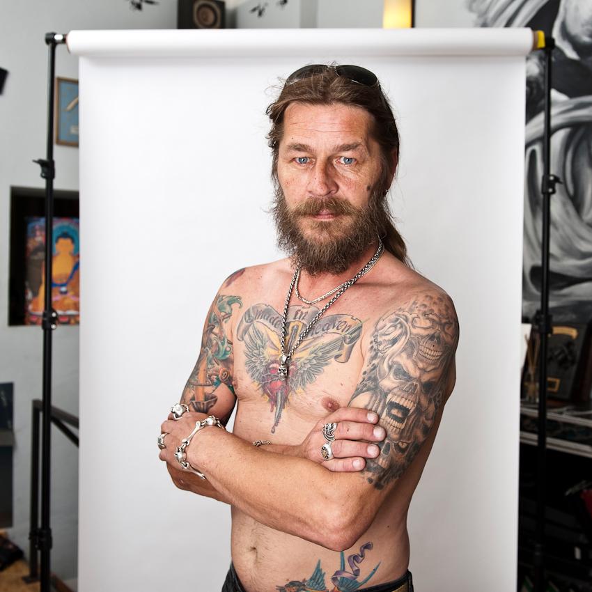 """Martin (48) kam an diesem Tag auf einen kurzen Besuch im Studio vorbei: """"Tätowieren ist für mich Kunst am Körper - etwas, was mir keiner mehr nehmen kann. Durch das Tätowieren kann ich mich selbst verwirklichen und meine eigene Geschichte auf der Haut tragen."""""""