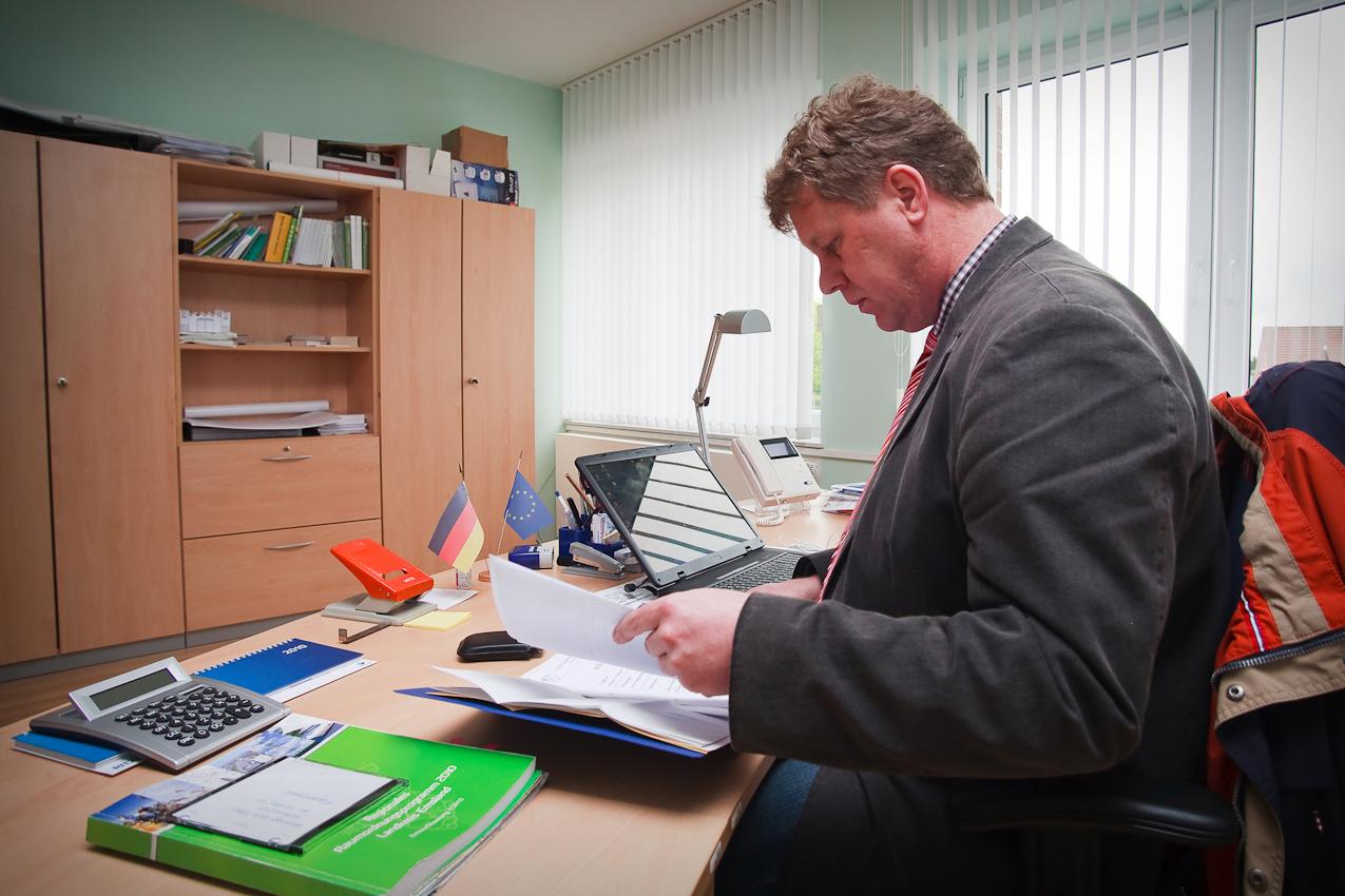 Antonius Pohlmann, ehrenamtlicher Bürgermeister der 2200 Einwohner zählenden Gemeinde Heede im nordwestlichen Emsland, am Nachmittag bei der Durchsicht des laufenden Schriftverkehrs.