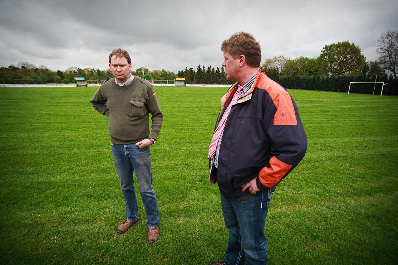 Der ehrenamtliche Bürgermeister bespricht mit dem Vorsitzenden des örtlichen Sportvereins Rot-Weiß Heede gemeindefinanzierte Umbaumaßnahmen.
