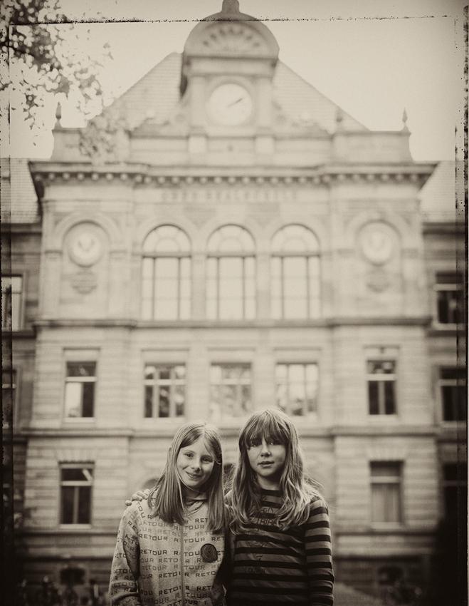 Lucie und Zoe, beide zehn Jahre alt. An der Schule, erzählen sie uns, gefällt ihnen Sport am besten. Lucie möchte Schauspielerin werden und weiß, dass es sich bei einem Pola um ein Foto handelt.