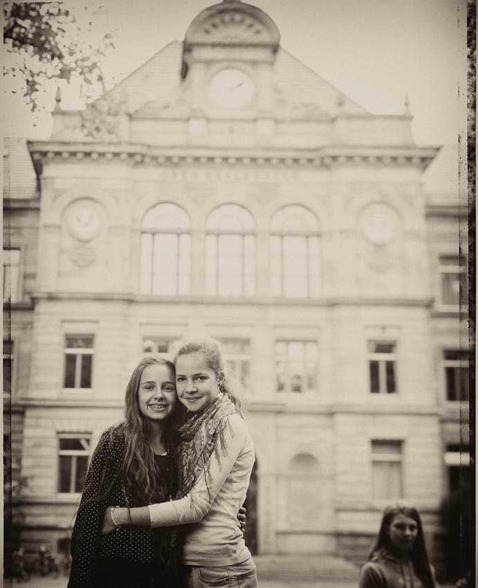 Ella (12) und Julia (13 Jahre alt). Beide Freundinnen haben vor, Architektinnen zu werden.