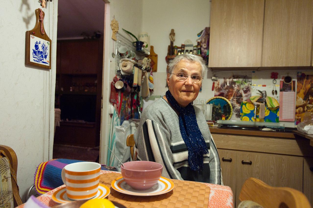 02.52 Uhr, Berlin-Marzahn. Doris Kramer, 71, ist Zeitungszustellerin. Wie jeden Morgen wartet sie auf den Anruf des Lieferanten, wann er am Treffpunkt ankommen wird.