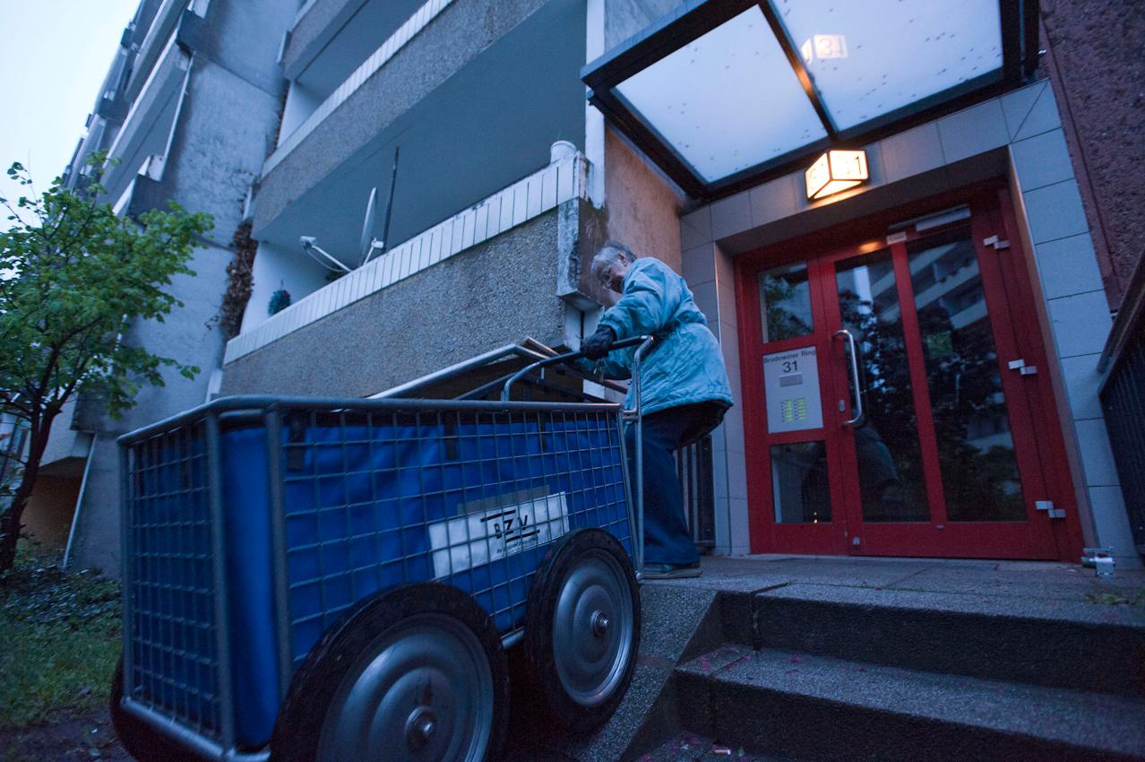 05.23 Uhr. Doris Kramer braucht etwa zweieinhalb Stunden für ihre Runde, bis sie ihren Wagen wieder zu Hause abstellt.