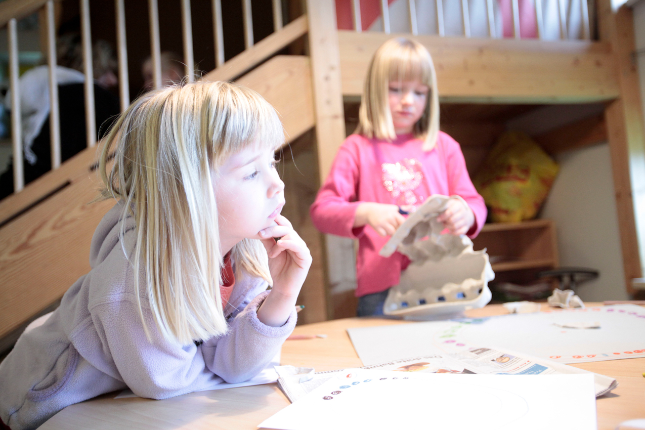 """Emmi (4) weiß in der """"Spielzeugfreien Woche"""" im Kindergarten noch nichts mit sich anzufangen, während Jasmin (6) schon mit Eierkartons bastelt."""