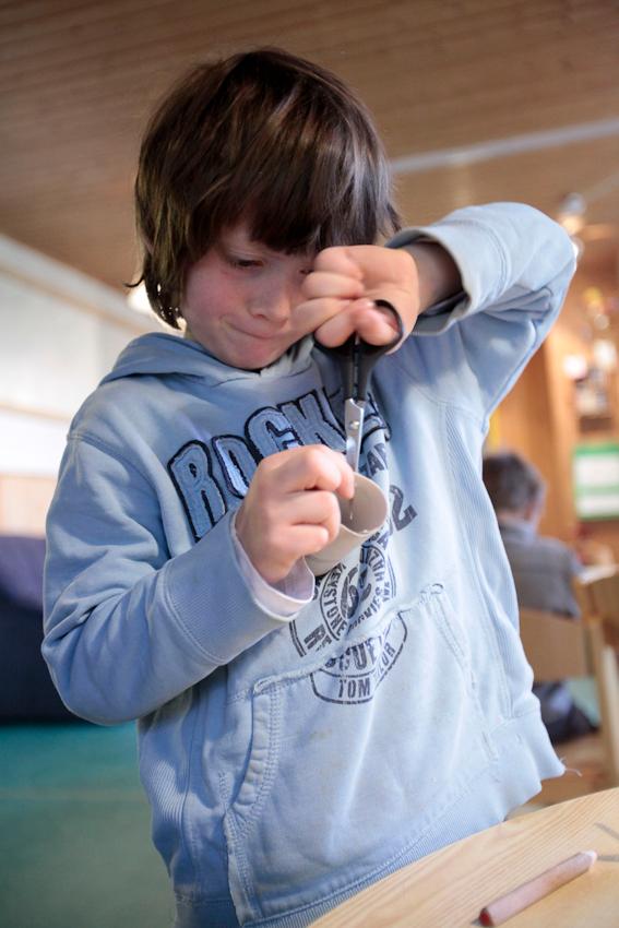 Das muss doch gehen: Luca (5) baut aus Klorollen, Pappe und Strohhalmen einen Traktor.