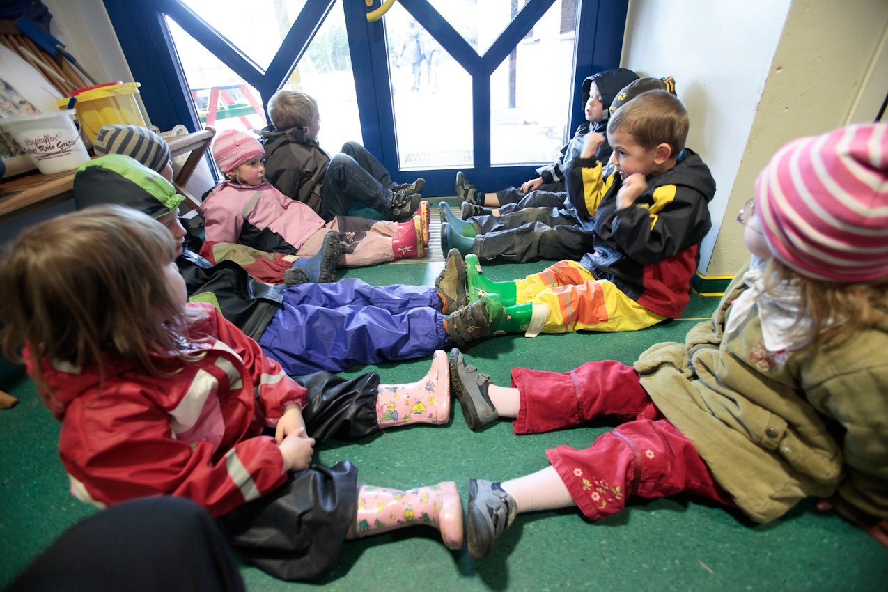 Gummistiefel an Gummistiefel warten die Kinder aus der Bärengruppe an der Tür des Kindergartens in Asendorf darauf, dass alle fertig sind, damit sie gemeinsam auf dem Spielplatz spielen können.