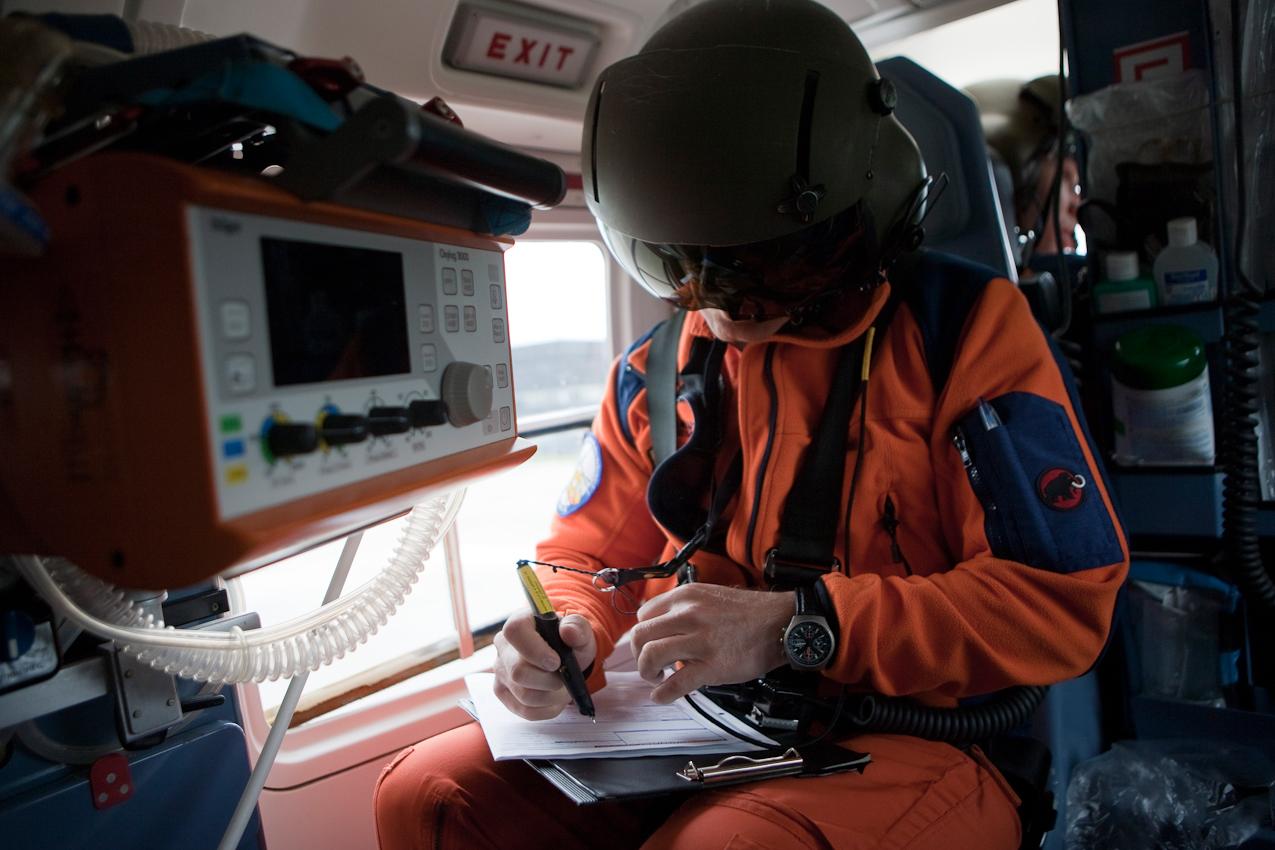 Der Notartzt Dr. M. Helm bereitet sich im Hubschrauber auf den bevorstehenden Einsatz vor.