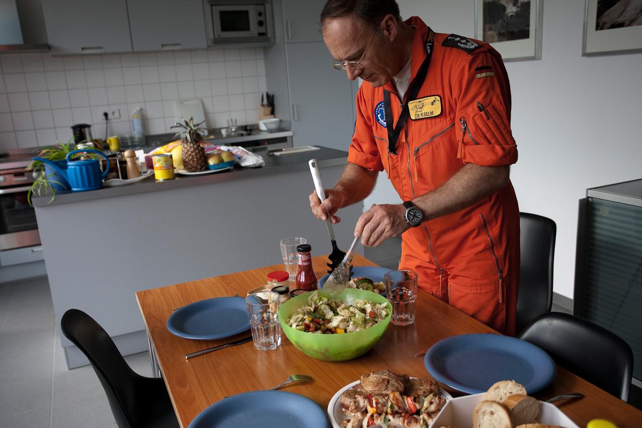 Am Luftrettungszentrum des ADAC, Sektion Notfallmedizin am Bundeswehrkrankenhaus in Ulm bereitet Dr. M. Helm in der Zeit zwischen den Einsätzen das gemeinsame Abendessen vor.