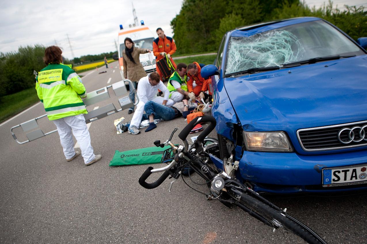 Das Team der Luftrettungszentrum des ADAC, Sektion Notfallmedizin am Bundeswehrkrankenhaus in Ulm wird zu einem neuen Unfallort dazugerufen. Die Hilfe der vorher eingetroffenen Rettungsambulanz reicht hier nicht aus.