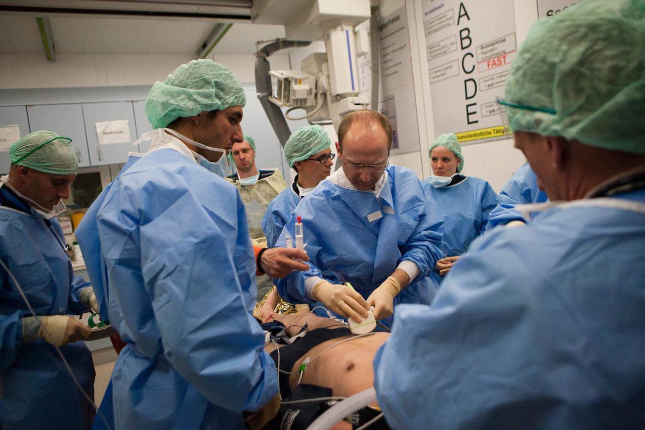 Nach dem Transport im Hubschrauber wird der Patient sofort im Schockraum des Bundeswehrkrankenhauses weiter behandelt.