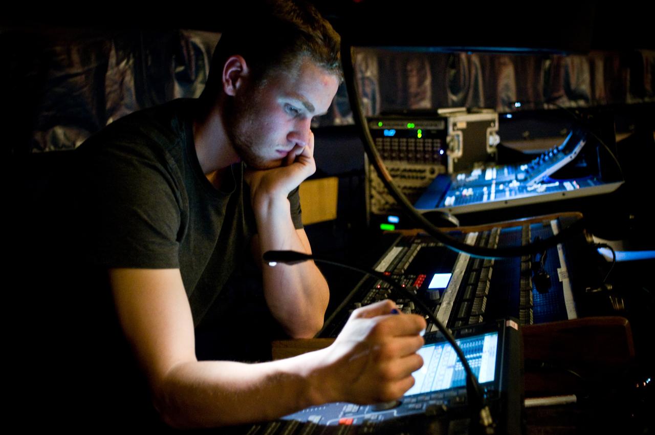 """Die Ausbildung zum Bühnentechniker absolviert Oskar Iser im """"TIPI"""" am Kanzleramt. Er arbeitet sich am Technikpult in den programmierten Lichtplan ein. Heute Abend wird er für die genaue Lichtführung der Show verantwortlich sein."""