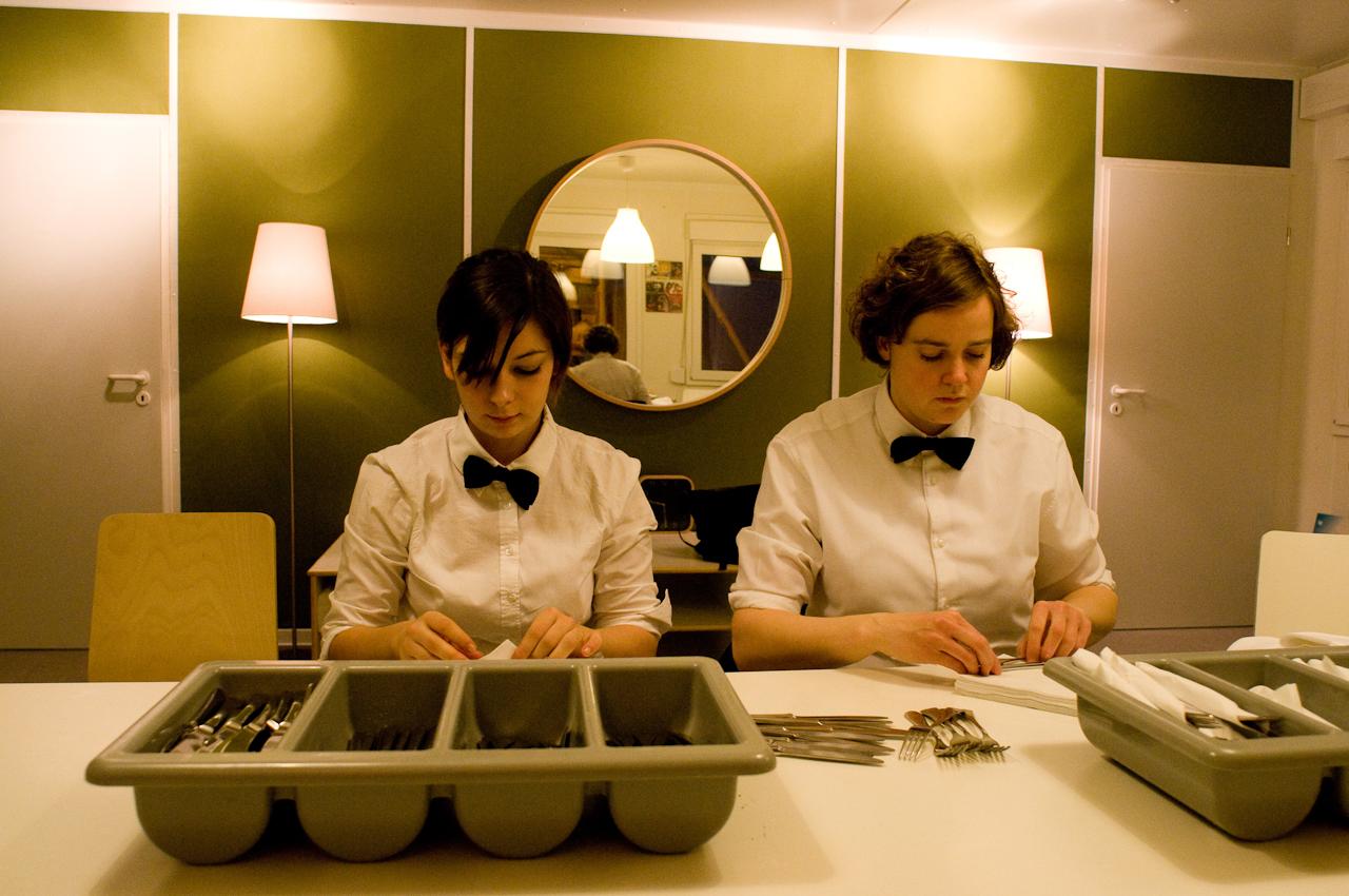 Während der Show treffen Isabell Borsdorf (l.) und Frauke Hofert (r.) Vorbereitungen zum Eindecken der Tische für den morgigen Abend.
