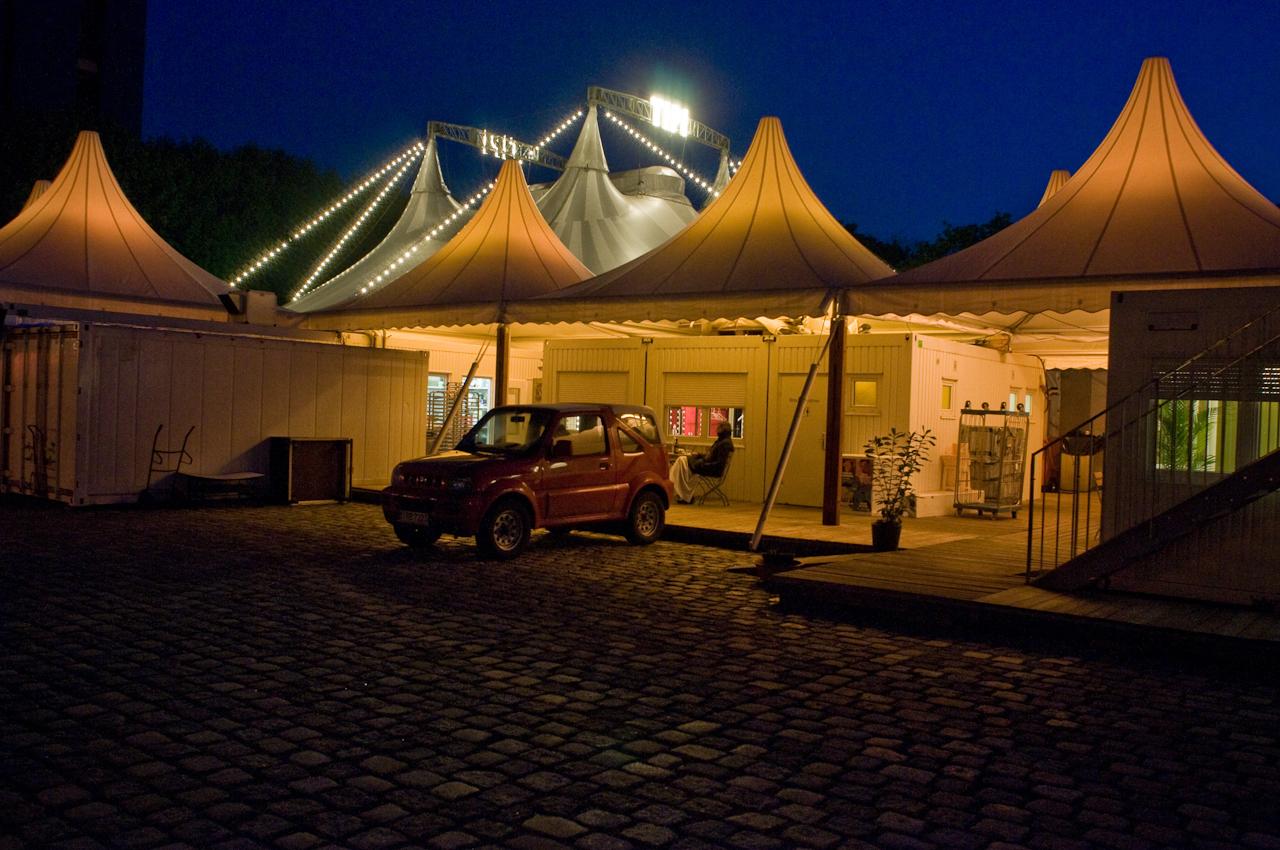 Während die Band auf der Bühne die letzte Zugabe gibt, kehrt hinter der Bühne langsam Ruhe ein. Wenn die Gäste das Zelt verlassen haben, beginnt die Putzkolonne mit den Reinigungsarbeiten in der Nachtschicht.